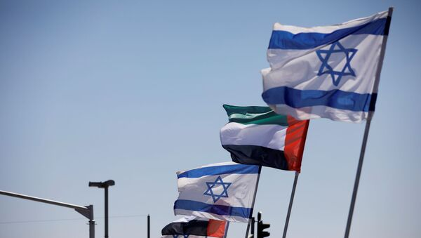 The national flags of Israel and the United Arab Emirates flutter along a highway following the agreement to formalize ties between the two countries, in Netanya, Israel August 17, 2020 - Sputnik International