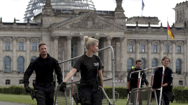 Police officers carry crowd control barriers in front of the Reichstag building, home of the German federal parliament (Bundestag), in Berlin, Germany, Monday, 31 August 2020.  - Sputnik International