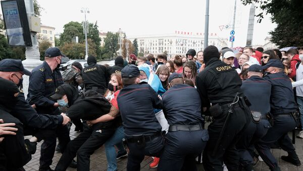 Students scuffle with law enforcement officers during a protest against presidential election results in Minsk, Belarus September 1, 2020 - Sputnik International