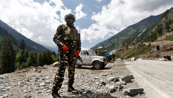 An Indian Central Reserve Police Force (CRPF) personnel stands guard at a checkpoint along a highway leading to Ladakh, at Gagangeer in Kashmir's Ganderbal district September 2, 2020 - Sputnik International