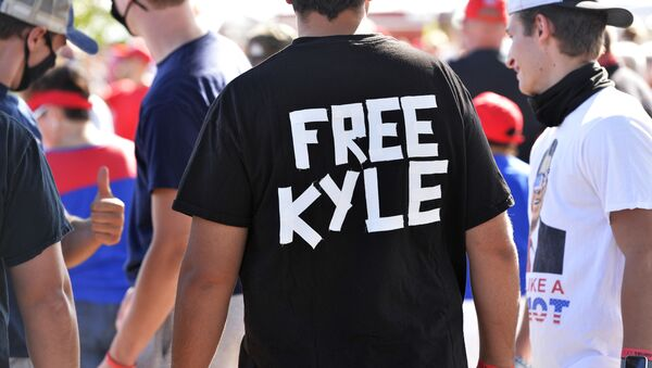 A man wears a shirt calling for freedom for Kyle Rittenhouse, 17, the man who allegedly shot protesters in Wisconsin, during a US President Donald Trump Campaign Rally, the day after the end of the Republican National Convention, at Manchester airport in Londonderry, New Hampshire on August 28, 2020 - Sputnik International