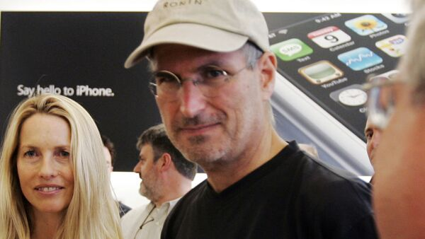 Apple CEO Steve Jobs, center, and his wife Laurene Powell  meet with customers after the launch of the new Apple iPhone in Palo Alto, Calif., Friday, June 29, 2007. (AP Photo/Paul Sakuma) - Sputnik International
