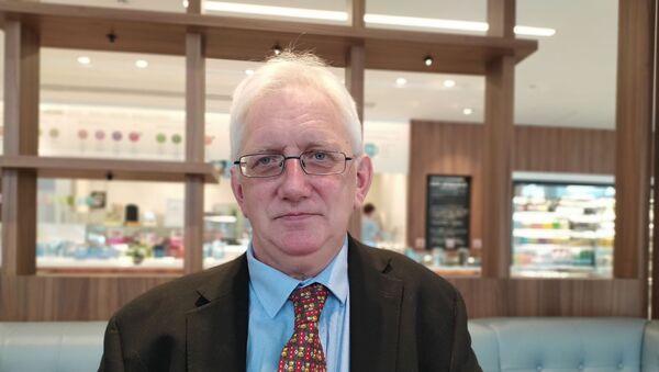 Craig Murray sitting in a cafe near Old Bailey - Sputnik International