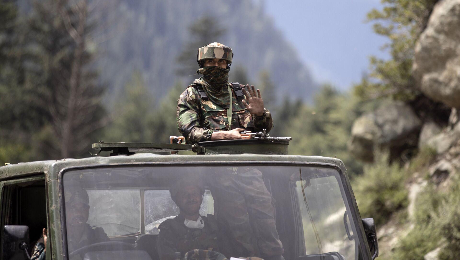 An Indian army soldier keeps guard on top of his vehicle as their convoy moves on the Srinagar- Ladakh highway at Gagangeer, north-east of Srinagar, Indian-controlled Kashmir on Tuesday, 1 September 2020. - Sputnik International, 1920, 30.07.2021