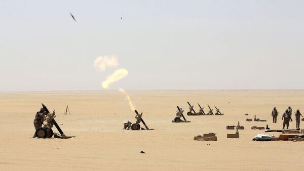 Saudi soldiers fire artillery towards the border with Yemen in Najran, Saudi Arabia, Tuesday, April 21, 2015 - Sputnik International