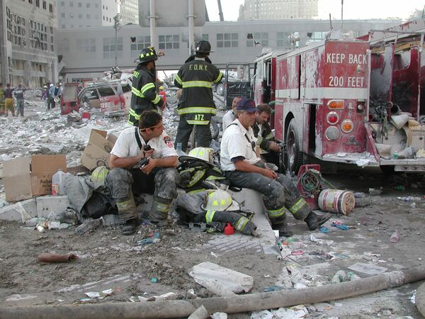 New York City firefighters take a much-needed break during emergency response efforts following the 9/11 attacks - Sputnik International