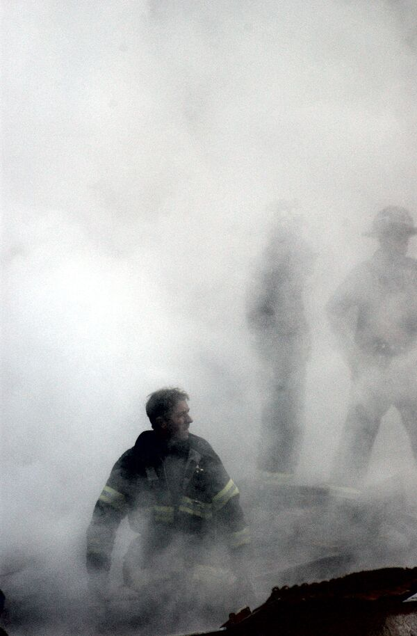 A firefighter emerges from the smoke and debris of the World Trade Center - Sputnik International