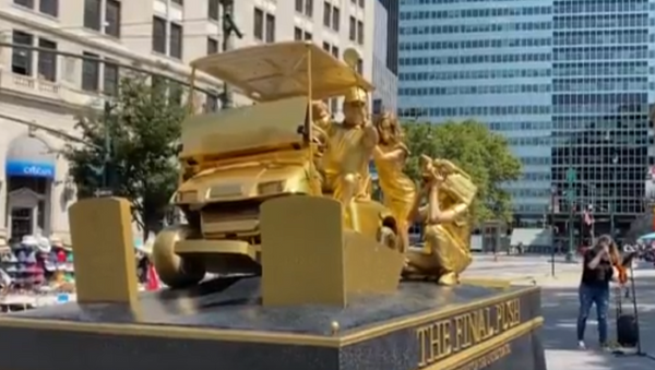 NYC Living Statue Depicts Trump Trampling Graves of Soldiers, COVID-19 Victims With Golf Cart - Sputnik International