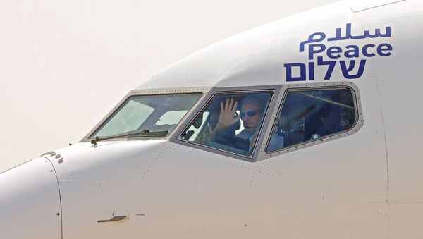 The captain of the El Al's airliner, which will carry a U.S.-Israeli delegation to the UAE following a normalisation accord, waves to spectators as they prepare for lift-off in the first-ever commercial flight from Israel to the UAE at Ben Gurion Airport, near Tel Aviv, Israel August 31, 2020.  - Sputnik International