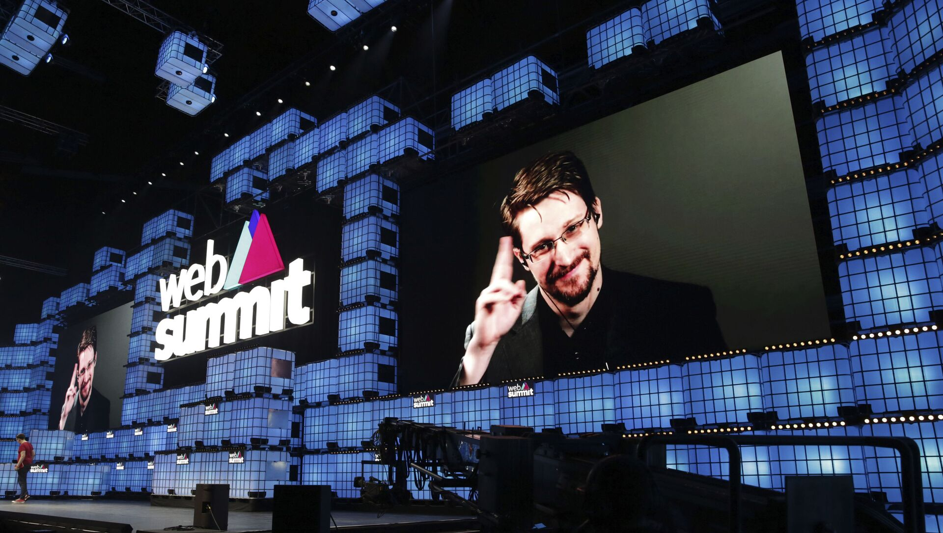 Former U.S. National Security Agency contractor Edward Snowden addresses attendees through video link at the Web Summit technology conference in Lisbon, Monday, Nov. 4, 2019. Snowden has been living in Russia to escape U.S. prosecution after leaking classified documents detailing government surveillance programs - Sputnik International, 1920, 24.05.2021