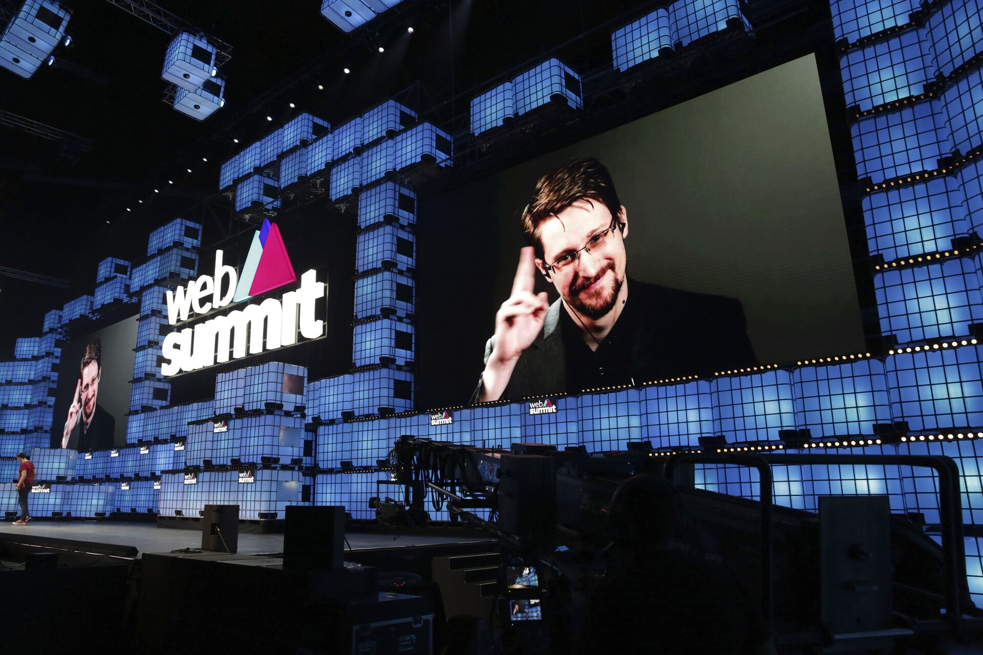 Former U.S. National Security Agency contractor Edward Snowden addresses attendees through video link at the Web Summit technology conference in Lisbon, Monday, Nov. 4, 2019. Snowden has been living in Russia to escape U.S. prosecution after leaking classified documents detailing government surveillance programs - Sputnik International, 1920, 07.09.2021