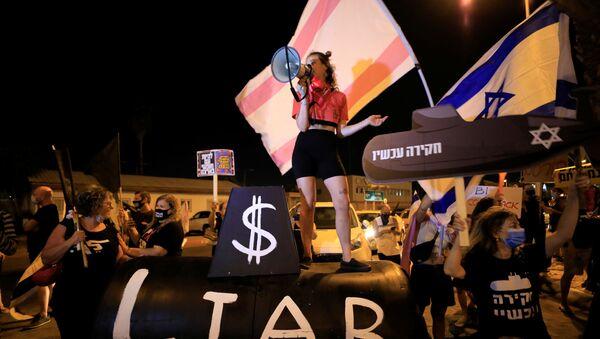 Israelis protest during a demonstration against Israeli Prime Minister Benjamin Netanyahu before his flight to the U.S. to sign an accord with U.A.E, near Ben Gurion International Airport, Lod, near Tel Aviv, Israel September 13, 2020. - Sputnik International