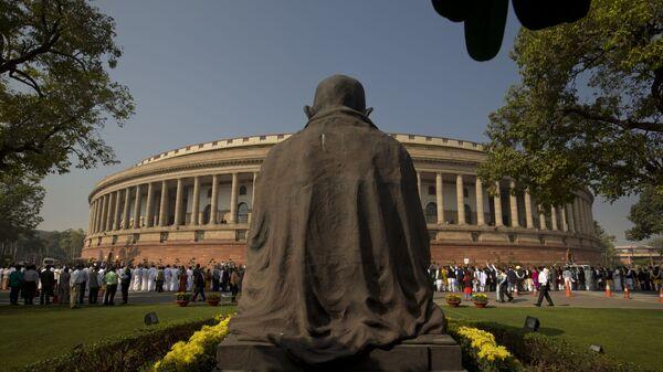 A statue of Mahatma Gandhi overlooks the Indian parliament building (File) - Sputnik International
