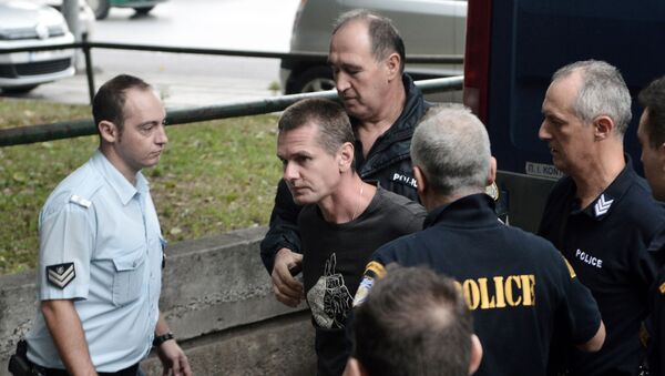 Russian Alexander Vinnik (C) is escorted by police officers as he arrives at a courthouse in Thessaloniki on September 29, 2017 - Sputnik International