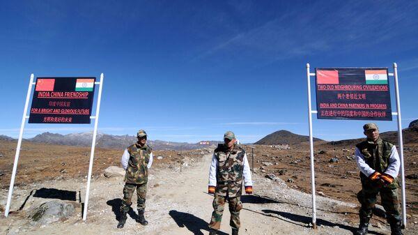 Indian Army personnel keep vigilance at Bumla pass at the India-China border in Arunachal Pradesh on October 21, 2012 - Sputnik International