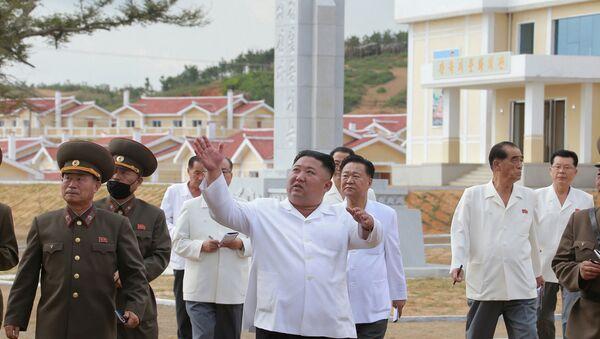 North Korea's leader Kim Jong Un inspects rebuilt Kangbuk-ri, Kumchon County, North Hwanghae Province, North Korea, in this image released September 14, 2020 by North Korea's Korean Central News Agency. - Sputnik International
