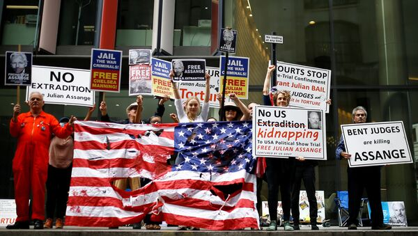 Supporters of WikiLeaks founder Julian Assange protest outside the Old Bailey, London's Central Criminal Court, ahead of a hearing to decide whether Assange should be extradited to the United States, in London, Britain, 9 September 2020. - Sputnik International