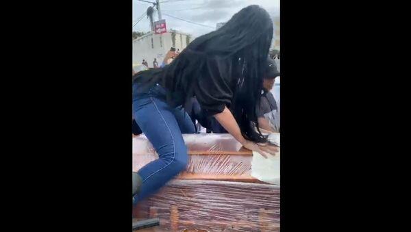 Woman twerking on top of her boyfriend's coffin - Sputnik International