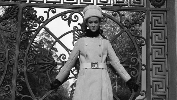 A model demonstrates a coat from the 1968 autumn-winter collection at the Moscow House of Fashion, August 1967 - Sputnik International