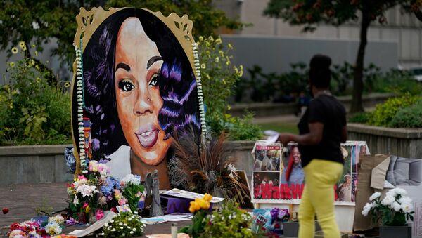 A woman visits the memorial for Breonna Taylor in Louisville, Kentucky, U.S., September 11, 2020.   - Sputnik International