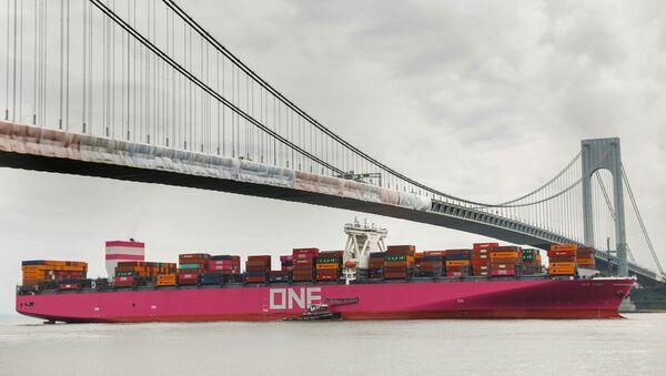 A huge container ship enters New York harbour  - Sputnik International
