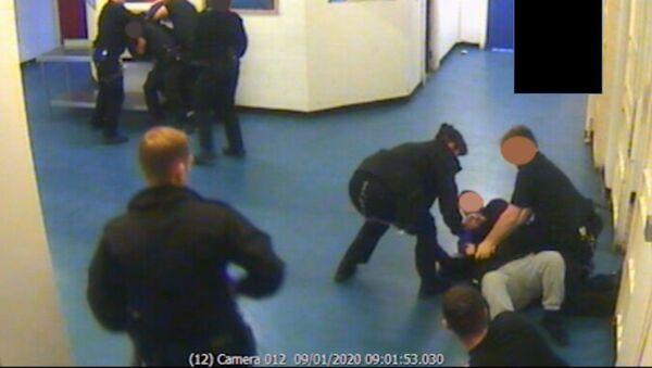 Prison officers overpower Brusthom Ziamani and Baz Hockton on 9 January 2020 - Sputnik International