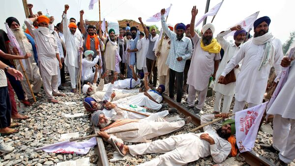 Farmers shout slogans as they block a railway track during a protest against farm bills passed by India's parliament, in Devi Dasspura village on the outskirts of Amritsar, India, September 24, 2020 - Sputnik International
