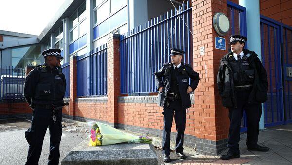 Officers standing outside Croydon police station - Sputnik International