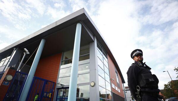 Officer stands guard outside Croydon police station - Sputnik International