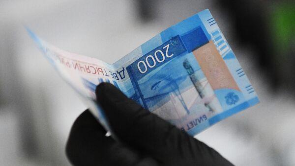 A buyer holds a 2,000-ruble note - Sputnik International