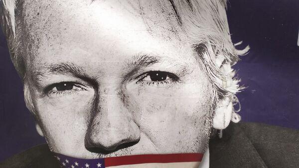 Assange with US flag covering his mouth outside Old Bailey on 29 September 2020 - Sputnik International