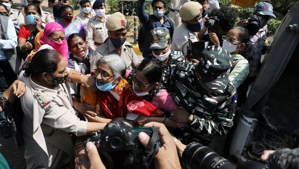 Demonstrators are detained by police during a protest after the death of a rape victim, in front of Uttar Pradesh state bhawan (building) in New Delhi, India, September 30, 2020 - Sputnik International