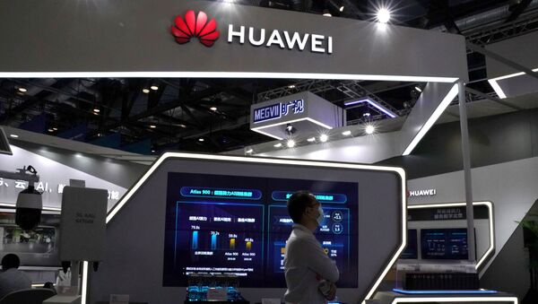 A man wearing a face mask following the coronavirus disease (COVID-19) outbreak walks past a booth of Huawei at the 2020 China International Fair for Trade in Services (CIFTIS) in Beijing, China September 4, 2020 - Sputnik International