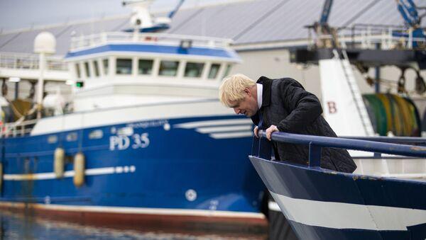 Boris Johnson looks over the side of a trawler in the Scottish fishing port of Peterhead - Sputnik International