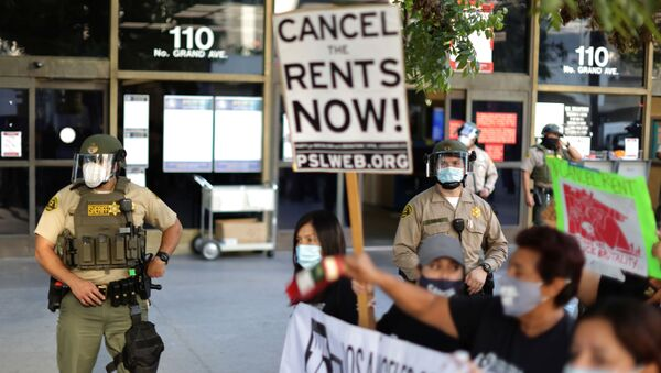 Tenants and housing rights activists protest for a halting of rent payments and mortgage debt as sheriff's deputies block the entrance to the courthouse, during the coronavirus disease (COVID-19) outbreak, in Los Angeles, California, U.S., October 1, 2020. - Sputnik International
