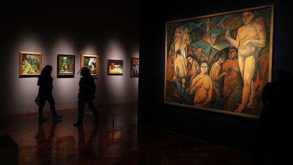 Journalists walk past a painting by Andre Derain, left, during the El Paris de Modigliani y sus Contemporáneos or The Paris of Modigliani and his contemporaries exhibit at the Palacio de Bellas Artes in Mexico City, Monday, Sept. 7, 2020. - Sputnik International