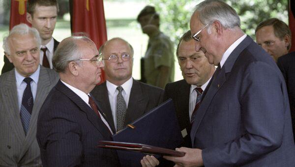 Soviet leader Mikhail Gorbachev with FRG Chancellor Helmut Kohl, 1989. - Sputnik International
