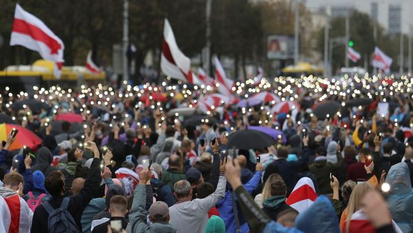 People attend an opposition rally to reject the presidential election results and to protest against the inauguration of Belarusian President Alexander Lukashenko in Minsk, Belarus September 27, 2020. - Sputnik International