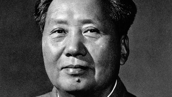 这张照片是在1959年国庆前夕,侯波、孟庆彪为毛泽东拍摄的第三版标准像。照片拍摄后,由于种种原因,画面不能达到制作标准像的要求,因此经过很多后期的加工才使得照片呈现在公众眼前,而这也成为唯一一张毛泽东没有露出双耳的标准像。不同于毛泽东的前两张标准像(都是从照片合影中抽取出的),第三版标准像是第一张由摄影师专门单独为毛泽东拍摄的标准像 - Sputnik International