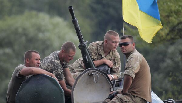 Ukrainian soldiers atop an APC watch training exercises under the supervision of British instructors on the military base outside Zhitomir, Ukraine, Tuesday, Aug. 11, 2015 - Sputnik International