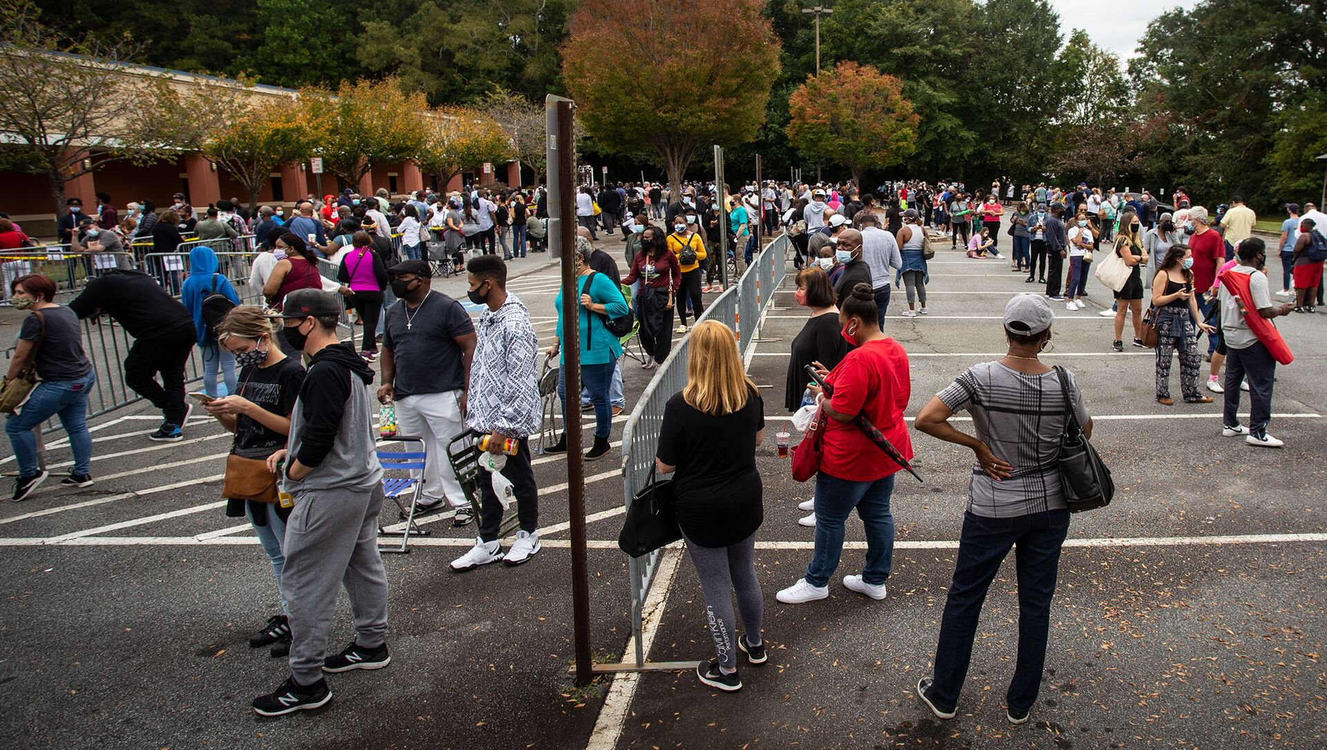 Hundreds of people wait in line for early voting on Monday, Oct. 12, 2020, in Marietta, Georgia - Sputnik International, 1920, 29.03.2021