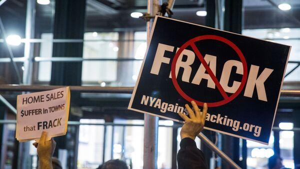 Protesters demonstrate against fracking in New York, October 15, 2014 - Sputnik International