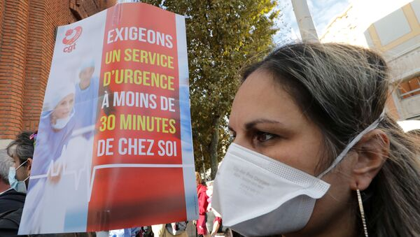 French health workers and CGT union members gather to attend a demonstration in Nice as part of a nationwide day of actions to urge the government to increase staff as hospitals fill once again with COVID-19 patients, France, October 15, 2020 - Sputnik International