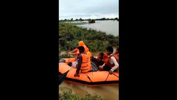NDRF rescue residents of Kharkhatne village in Solapur of Maharashtra Rains - Sputnik International