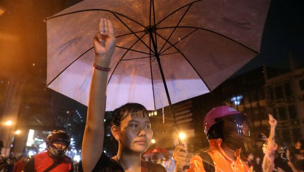 A protestor shows the three-finger salute during anti-government protests, in Bangkok, Thailand October 16, 2020.  REUTERS/Soe Zeya Tun - Sputnik International