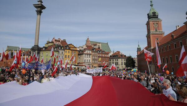 Participants carry the Polish flag during the March for Life and Family in Warsaw, Poland September 20, 2020 - Sputnik International