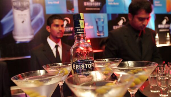Bar tenders prepare cocktails made of Eristoff vodka at its launch in Bangalore, India, Wednesday, May 30, 2007 - Sputnik International