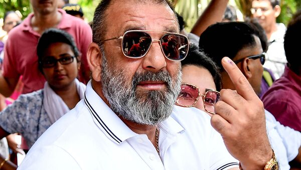 Indian Bollywood actor Sanjay Dutt poses for photographs after casting his vote at a polling station in Mumbai on April 29, 2019 - Sputnik International