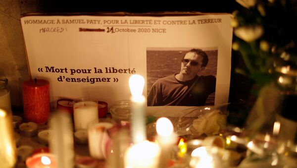 Candles are lit at a makeshift memorial on 21 October 2020 in Nice, France, as part of a national tribute to Samuel Paty, the French history teacher who was beheaded on the streets of the Paris suburb of Conflans-Sainte-Honorine. - Sputnik International