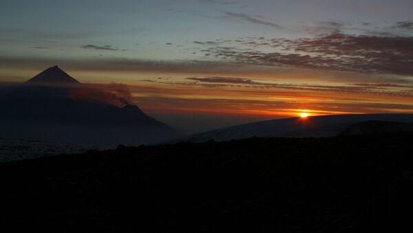 Views of Kamchatka. Sunrise. From left: Kamen and Bezymyanny volcanoes - Sputnik International
